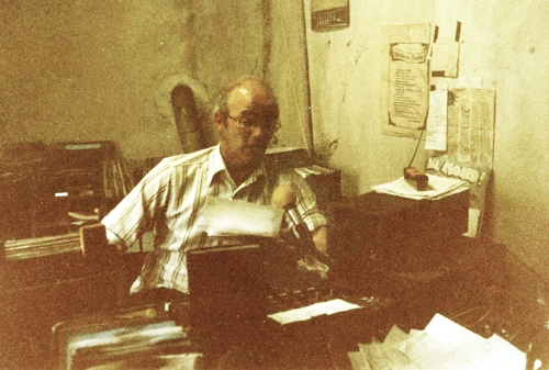 From May 18th 1988 this is  John 'The Man' Frawley standing in for Margaret Frawley on the 'Music While You Work' lunchtime programme on Raidió Luimní, the Limerick-based pirate station located in the city centre at 1 Upper Gerald Griffin St.  The recording is off 103FM and starts at 12.17pm.